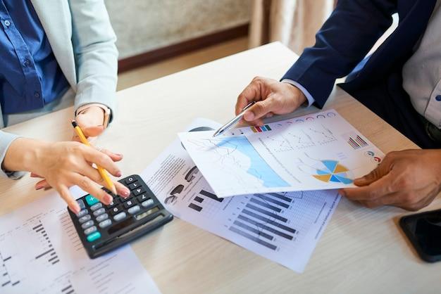 Responsabili del reparto marketing che analizzano vari rapporti durante la riunione