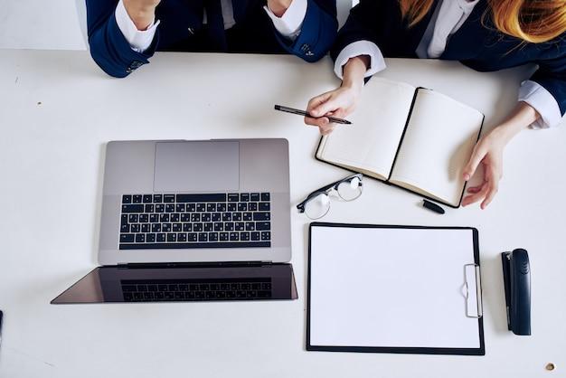 I manager lavorano in team in ufficio con professionisti del laptop