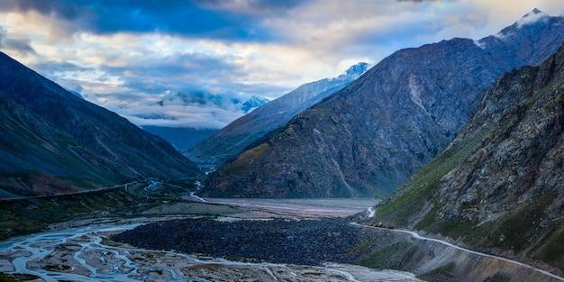 Strada manali-leh nella valle di lahaul al mattino. himachal prades
