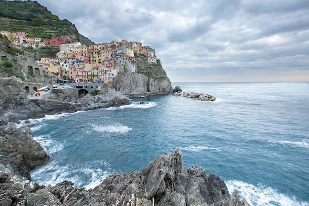 Manarola delle cinque terre, uno dei cinque paesi in italia.