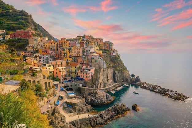 Manarola, paesaggio urbano colorato sulle montagne sul mar mediterraneo nelle cinque terre italia europa