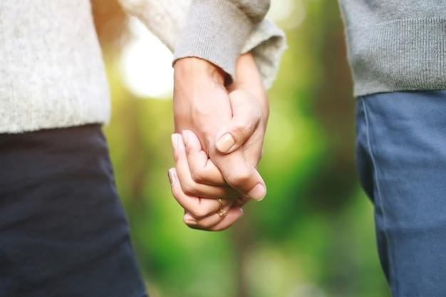 Mand e donna che tengono le mani