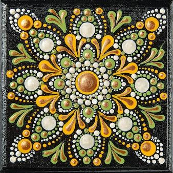 Mandala dot art pittura su piastrelle di legno. bellissimo mandala dipinto a mano da punti colorati su legno nero.