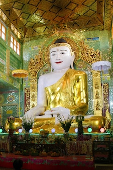 Mandalay myanmar - 23 febbraio: enorme statua di buddha, presto u ponya shin pagoda, sagaing hill febbraio 23,2017 a mandalay myanmar