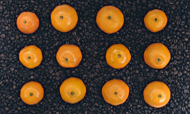 Mandarino sullo sfondo del caffè