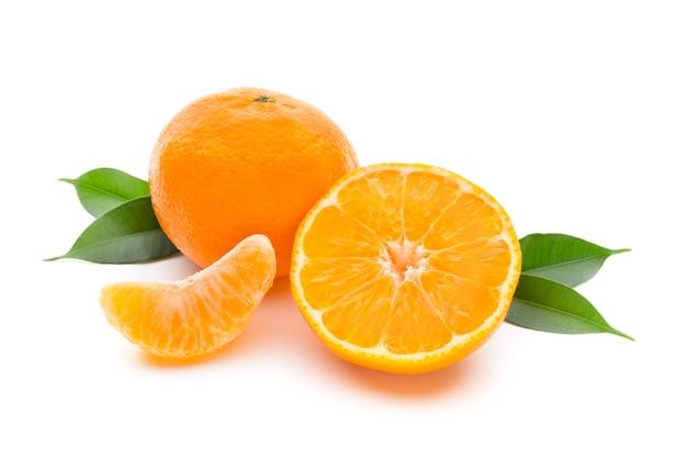 Mandarino sul bianco isolato isolato.
