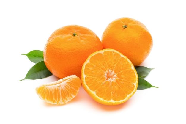 Mandarino sul tavolo bianco isolato.