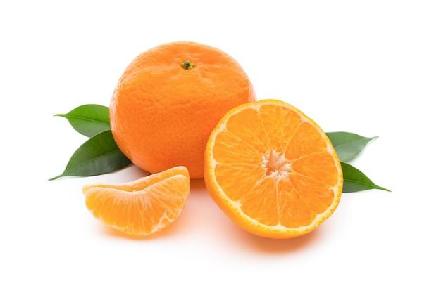 Mandarino sul bianco isolato.