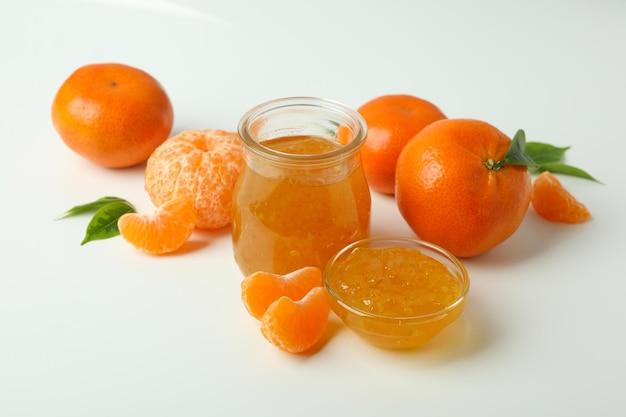 Marmellata di mandarini e ingredienti su sfondo bianco