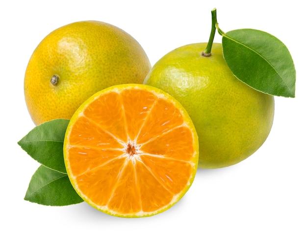 Mandarine orange isolato su bianco