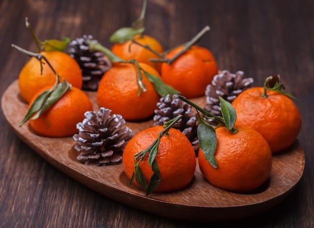 Mandarini in regalo. decorazione natalizia tradizionale.