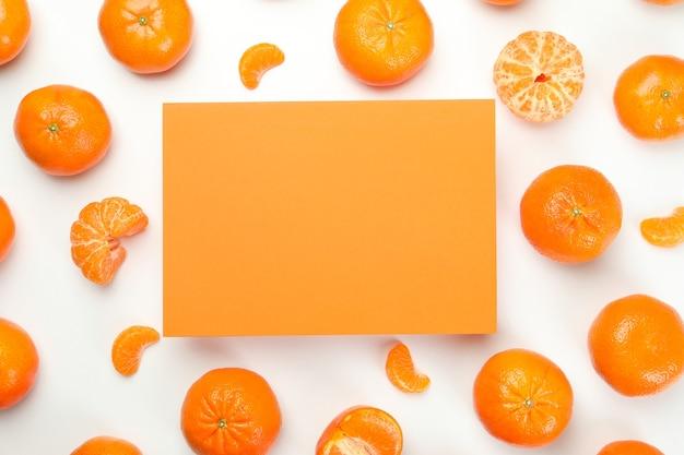 Mandarini e spazio arancione per il testo su sfondo bianco