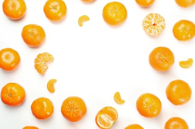 Mandarini su sfondo bianco, spazio per il testo