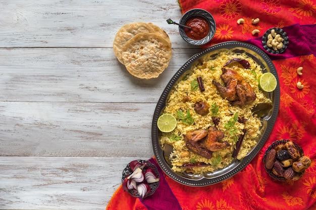 Piatto tandoor mandi / kabsa. il mandi è un piatto di riso con carne e spezie. vista dall'alto, copia spazio