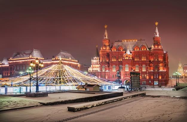 Piazza manezh a mosca nella neve e decorazioni natalizie