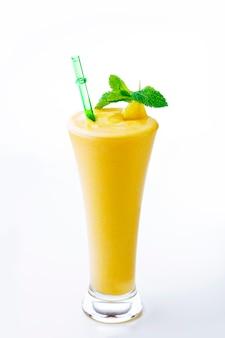 Cocktail di mango con menta su superficie bianca. frullato di frutta fresca, shake.