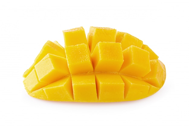 Cubi e fette del mango isolati