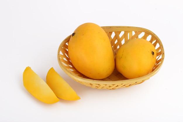 Mango frutta nel cesto con fetta su sfondo bianco