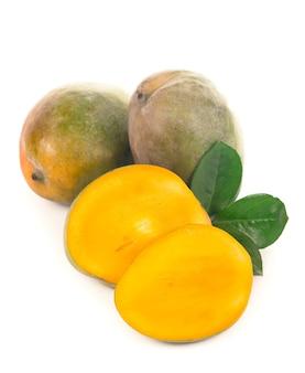 Il frutto del mango isolato su superficie bianca