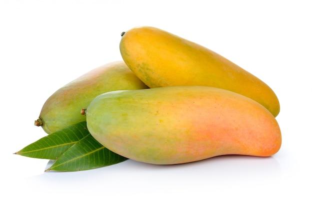 Frutto di mango con foglie isolate su bianco