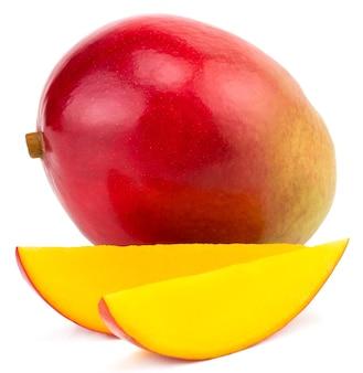 Frutto di mango con cubetti e fette di mango. isolato su un bianco.