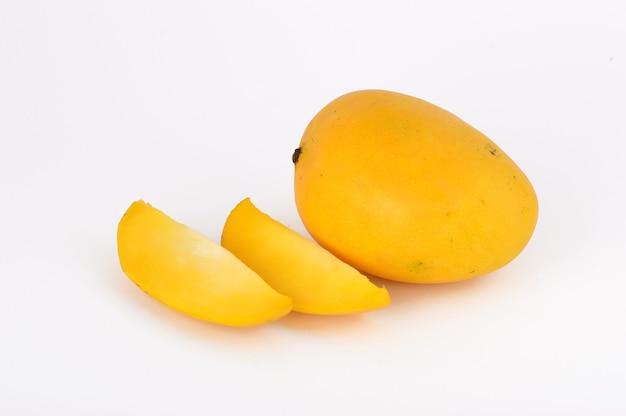 Frutto di mango con fetta su uno sfondo bianco
