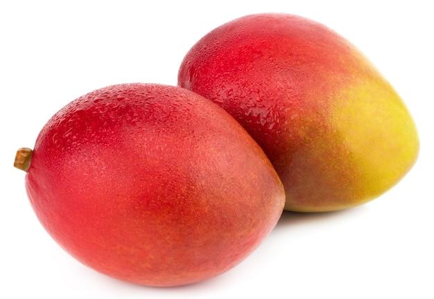 Frutto di mango con gocce d'acqua. isolato su un bianco.