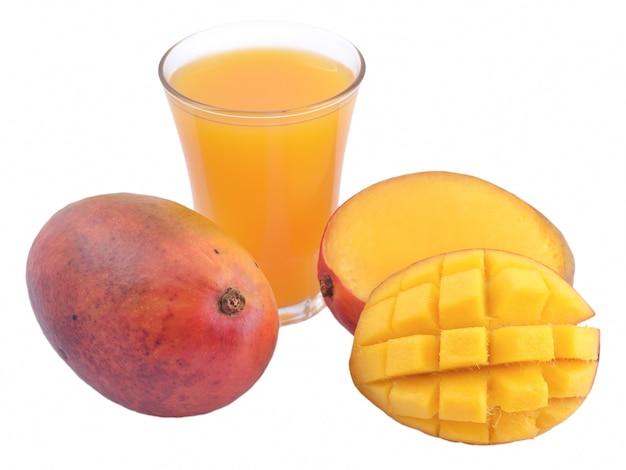 Mango e un bicchiere di succo di mango isolato su sfondo bianco