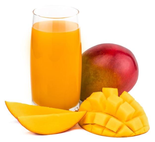 Succo di mango con fetta di mango isolato su bianco. bicchiere di succo di mango.