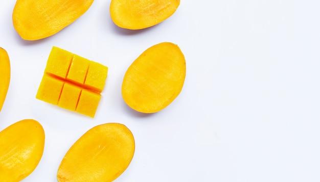 Fette di mango su uno sfondo luminoso
