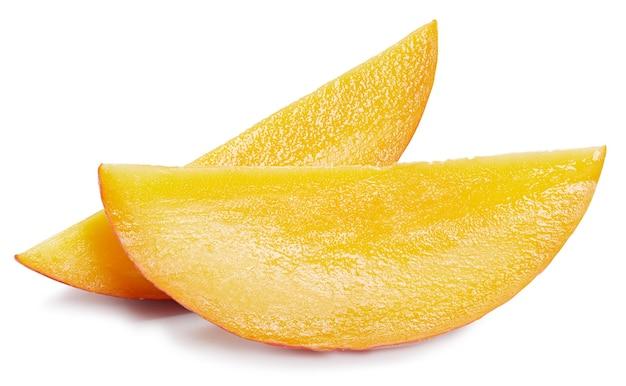 Fette di mango isolati su sfondo bianco. mango maturo.