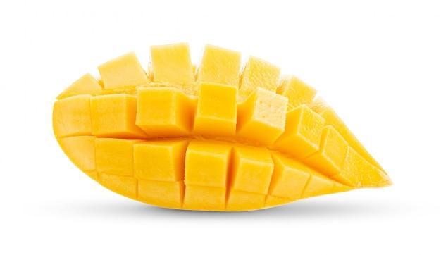 Fette del mango su bianco profondità di campo completa