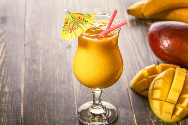 Frullato di mango, detox, cibo dietetico, cibo vegetariano
