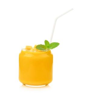 Frullato di mango isolato su bianco.