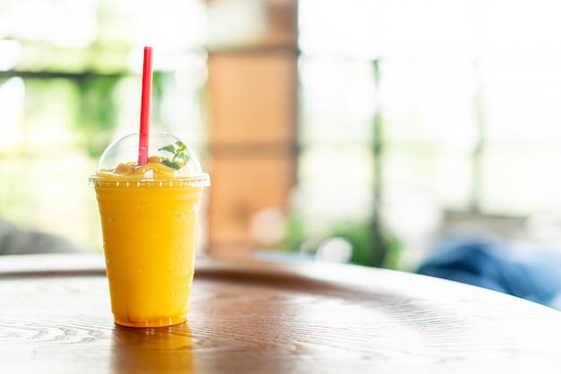 Frullati di mango in vetro nella caffetteria