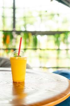 Bicchiere di frullati di mango nella caffetteria