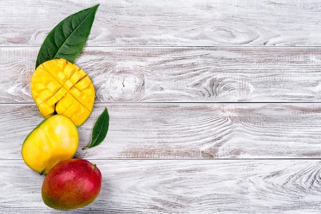 Mango. frutta tropicale sulla tavola di legno. vista dall'alto.