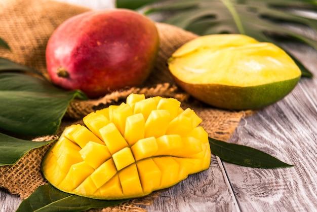 Mango. frutti tropicali. sulla tavola di legno.