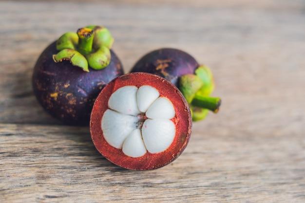 Frutto del mangostano sulla vecchia tavola di legno