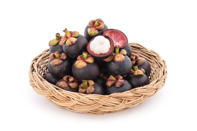 Mangostano o garcinia mangostana, frutti isolati su sfondo bianco.