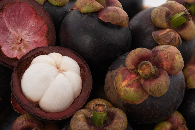 Frutti di mangostano o garcinia mangostana sullo sfondo della natura.