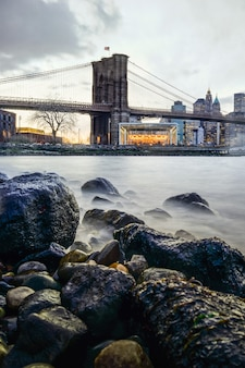 Manhattan bridge e lo skyline di new york di notte