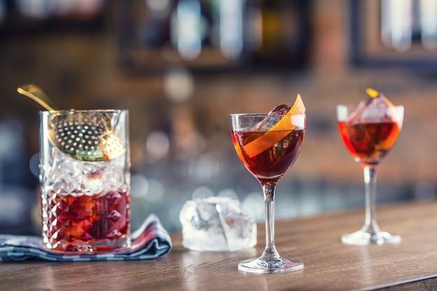 Cocktail di manhattan decorato sul bancone del bar in pub o ristorante.