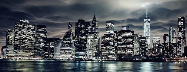 Manhattan di notte, new york city. vista da brooklyn