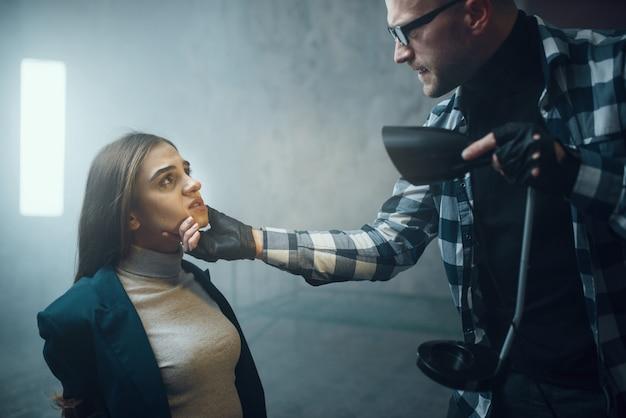 Maniac accende una torcia in faccia alla sua vittima