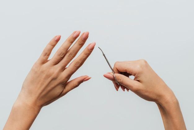 Cura sana del manicure usando le forbici