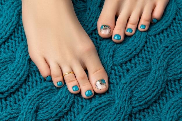 Manicure, concetto di salone di bellezza pedicure. piedi di donna su sfondo bianco.