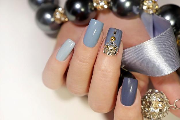 Manicure sulla forma quadrata del primo piano delle unghie