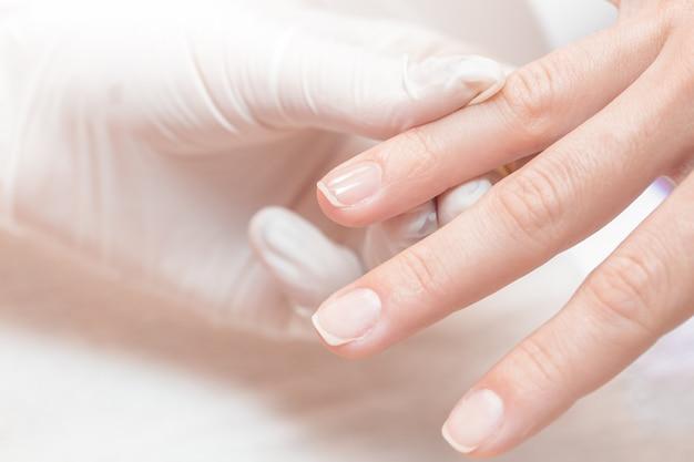 Manicure utilizza uno strumento per manicure professionale.