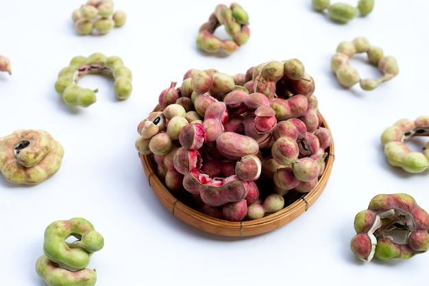 Tamarindo di manila frutto isolato su sfondo bianco